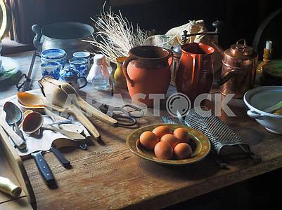 Яйца и кухонная утварь