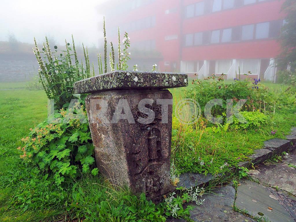 Рунический камень и утренний туман — Изображение 75399