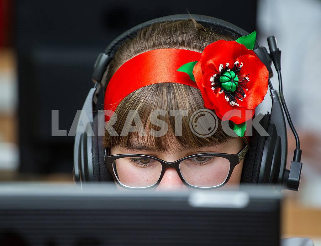 Школьница за компьютером — Изображение 75548