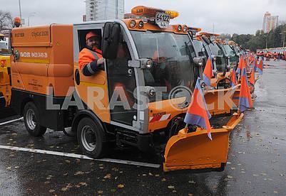 Сотрудник коммунальных служб за рулем машины для уборки снега