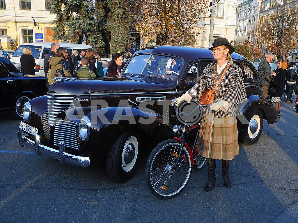 Ретро авто и девушка с велосипедом — Изображение 75645