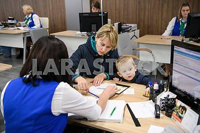 Сотрудница Центра социальных служб в общается с посетителем