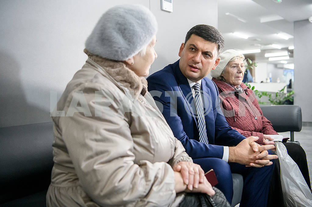 Vladimir Groysman communicates with visitors to the Center for Social Services — Image 75732