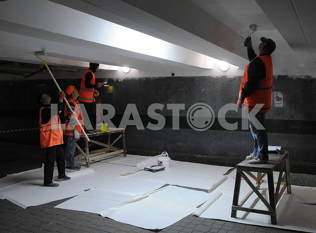 Сотрудники коммунальной службы красят потолок — Изображение 75857