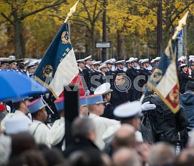 Эмманюэль Макрон и участники церемонии