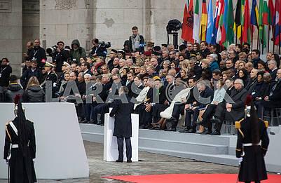 Гости церемонии у Триумфальной арки