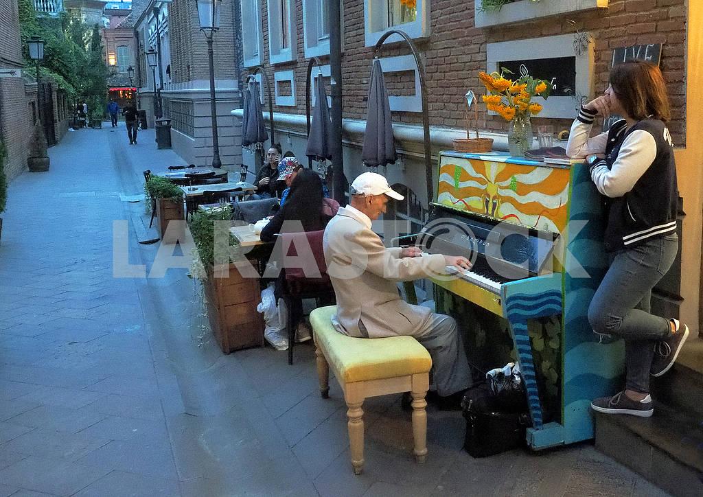 Тапер играет на пианино — Изображение 76296