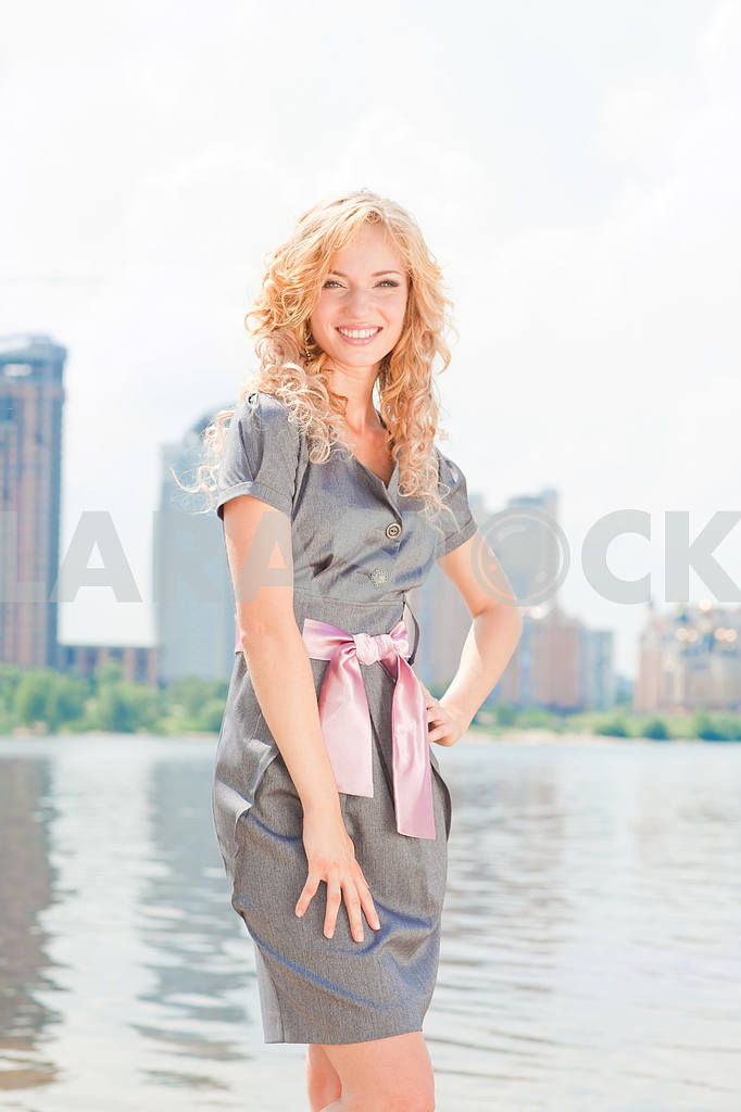 Portrait of beautiful young girls in the city — Image 7632