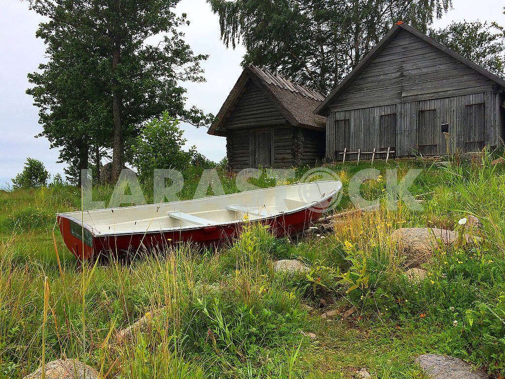 Boat and wooden buildings — Image 76736