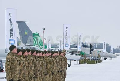 Военнослужащие и самолеты на военном аэродроме