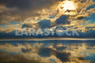 Драматический расвет на берегу озера