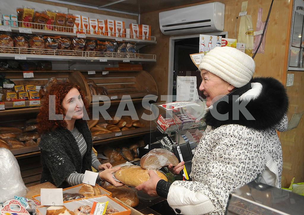 Женщина покупает батон — Изображение 77072