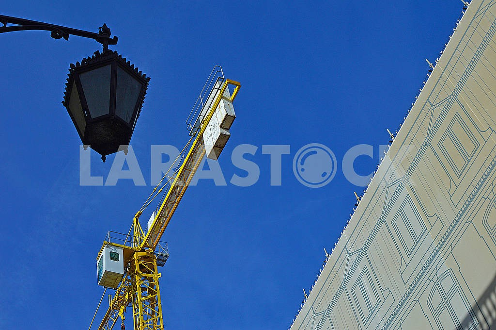 Yellow crane works in the city — Image 77207