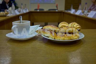 Кофе и свежые булочки во время деловой встречи