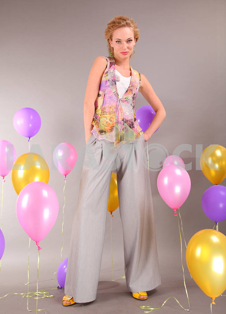 Beautiful young girl in light dress on background balloons — Image 7735