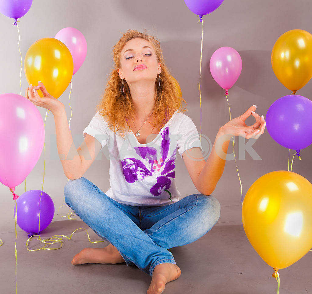 Beautiful young girl in light dress a hat on background balloons — Image 7738