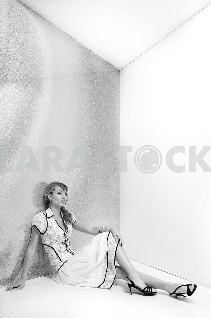 Beautiful girl in white dress sitting on the floor. In black sho — Image 7753