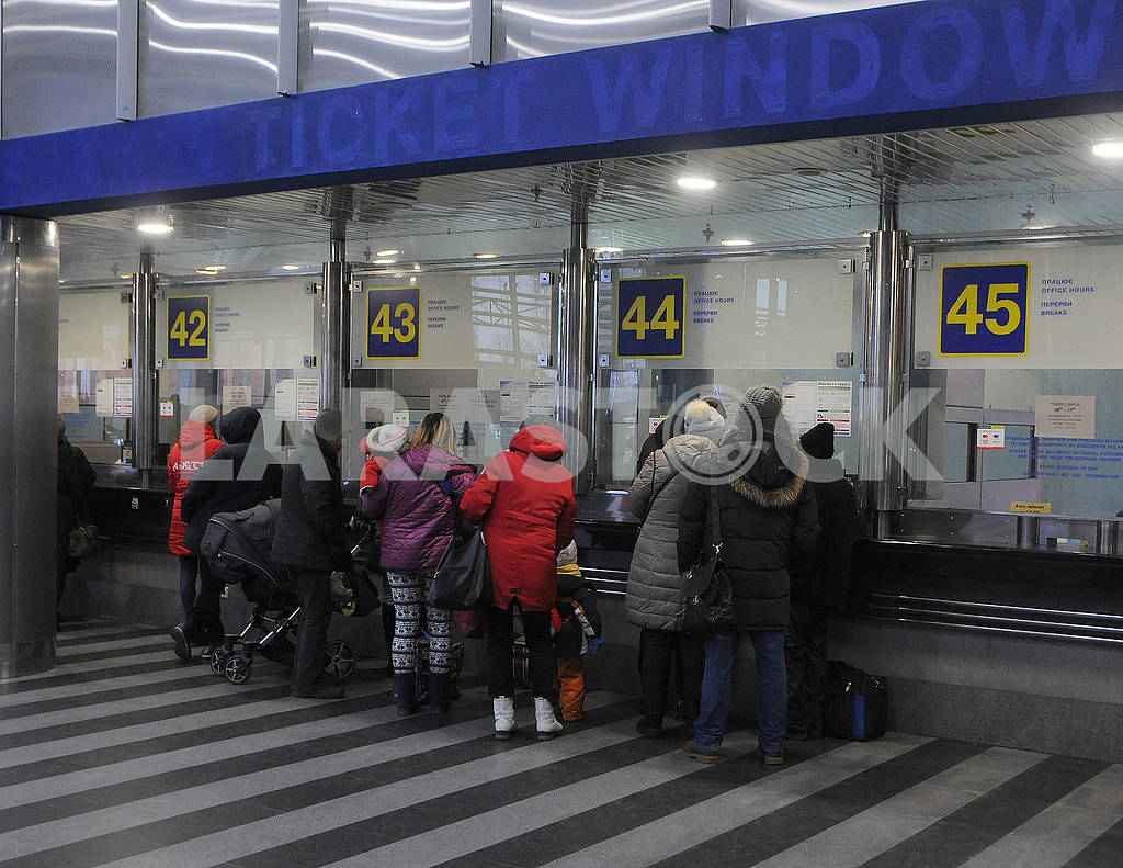 Passengers buy tickets — Image 77643