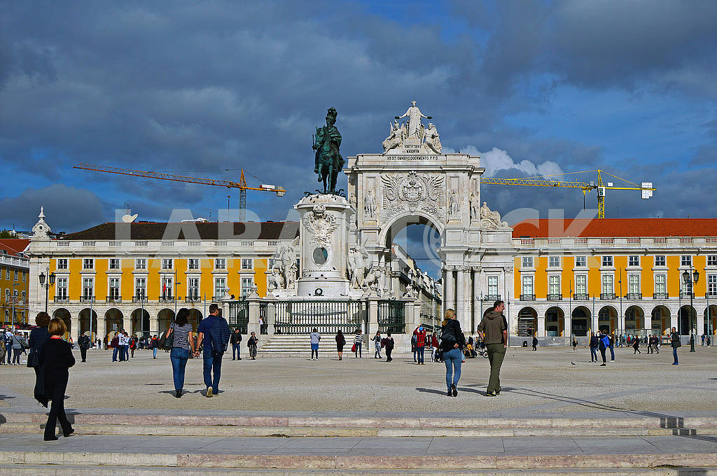 Equestrian statue of King Jose I on the background of the Triump Arch — Image 77674