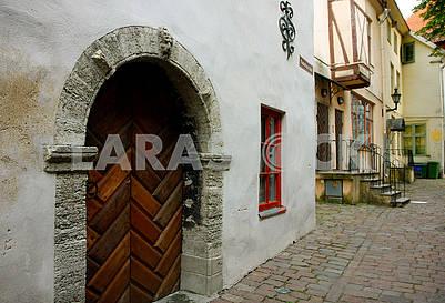 Старинная дверь в доме Таллине