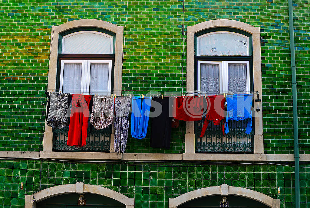 Old Lisbon house with the linen drying — Image 77791