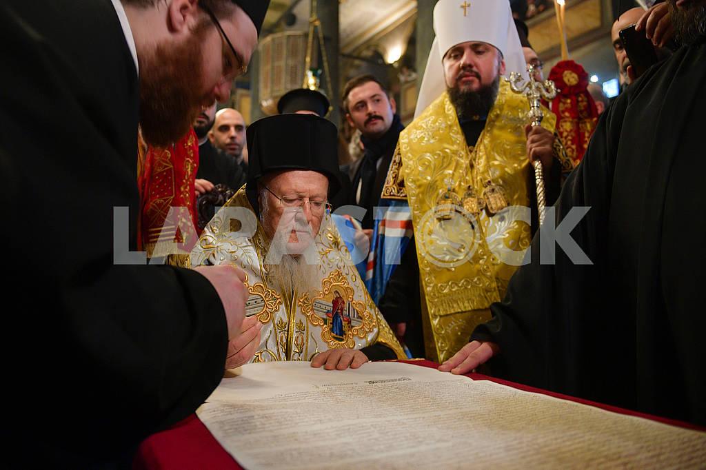 Patriarch Bartholomew signs tomos — Image 77796