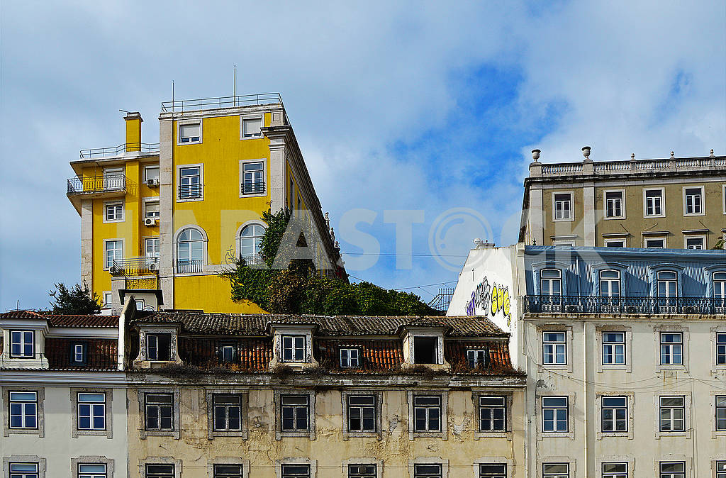 Old and new houses on the Municipal Square in Lisbon, Portugal — Image 78365