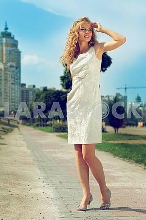 Портрет красивых молодых девушек в городе