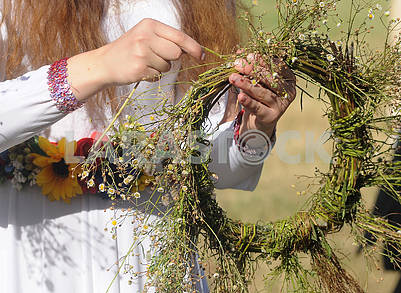 Weaving field wreaths