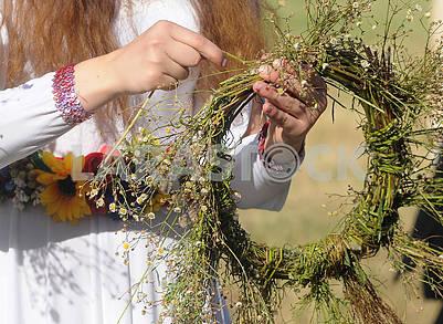 Плетение венков из полевых цветов