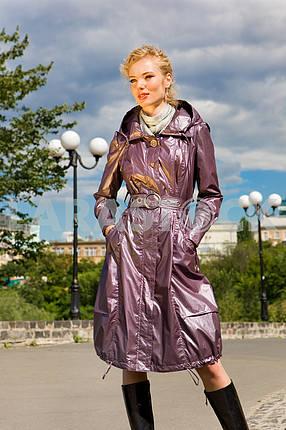 Красивая молодая женщина в пальто .