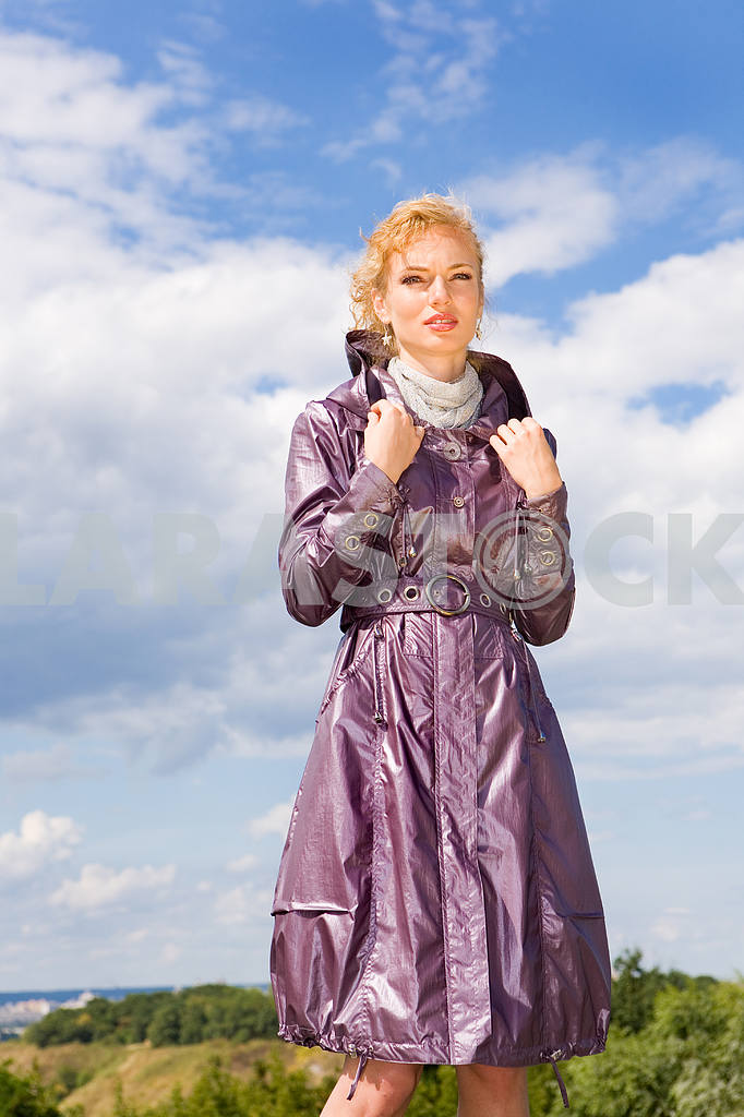 Beautiful Young Woman in coats. Against the backdrop of blue sky — Image 8034