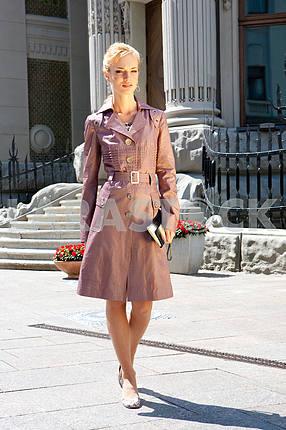 Красивая молодая женщина На фоне здания.