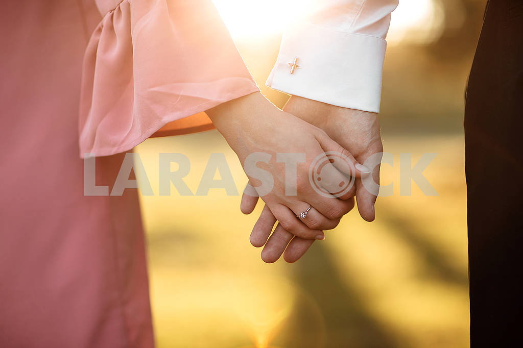 Young couple holding hands on the arm ring. Close Up view — Image 80624