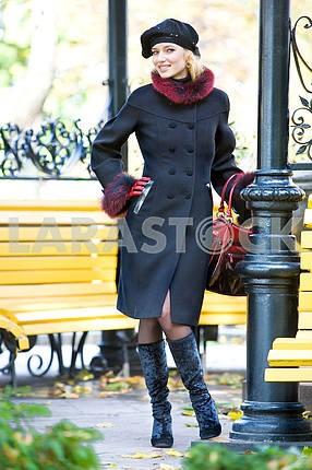 Красивая блондинка в пальто и шляпу , стоял на улице