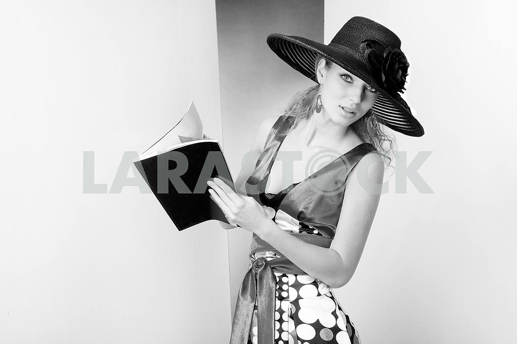 Young Woman in dress and black hat. In the studio — Image 8074