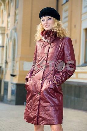 Красивая молодая женщина в коричневом пальто и шапки. Улыбаясь молодая женщина