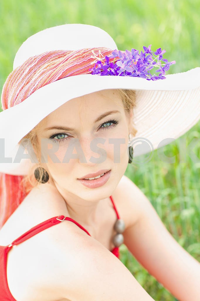 Portrait of a beautiful young girl in a white hat — Image 8204
