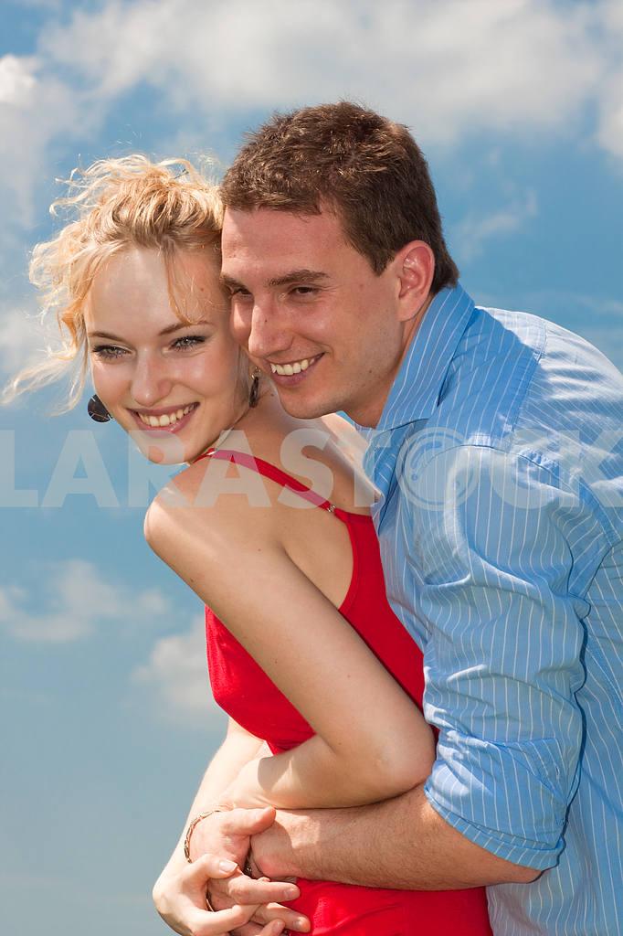Молодые любви пара, улыбаясь в голубое небо — Изображение 8234