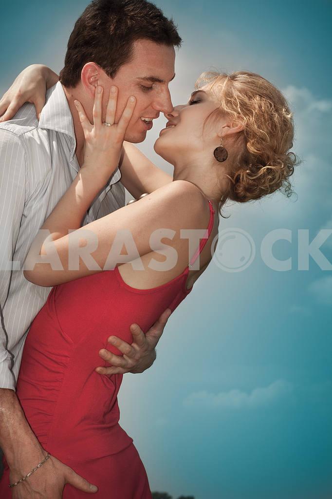 Молодые любви пара, улыбаясь в голубое небо — Изображение 8235