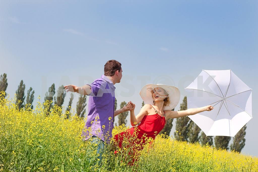 Молодые любви пара, улыбаясь в голубое небо — Изображение 8237