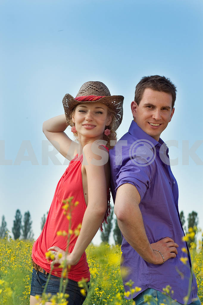 Молодые любви пара, улыбаясь в голубое небо — Изображение 8239
