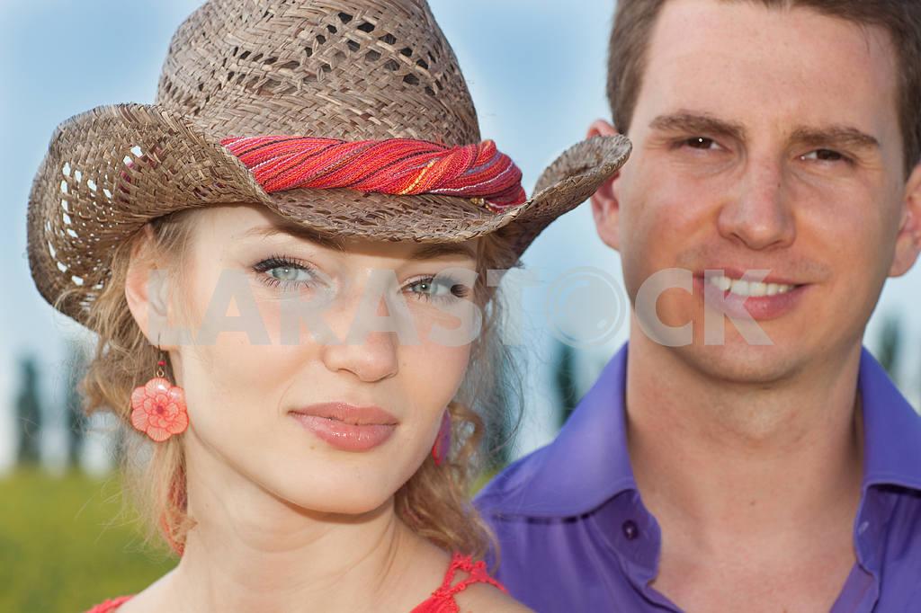 Молодые любви пара, улыбаясь в голубое небо — Изображение 8240