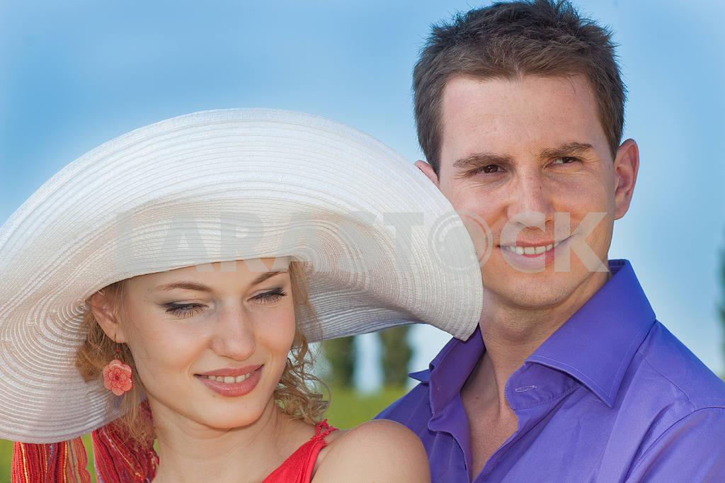 Молодые любви пара, улыбаясь в голубое небо — Изображение 8241