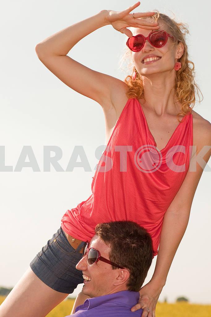 Молодые любви пара, улыбаясь в небо — Изображение 8243