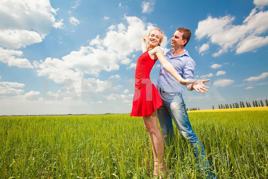 Молодые любви пара, улыбаясь в голубое небо — Изображение 8245