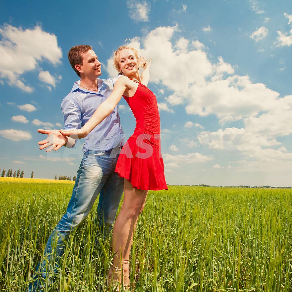 Молодые любви пара, улыбаясь в голубое небо — Изображение 8246