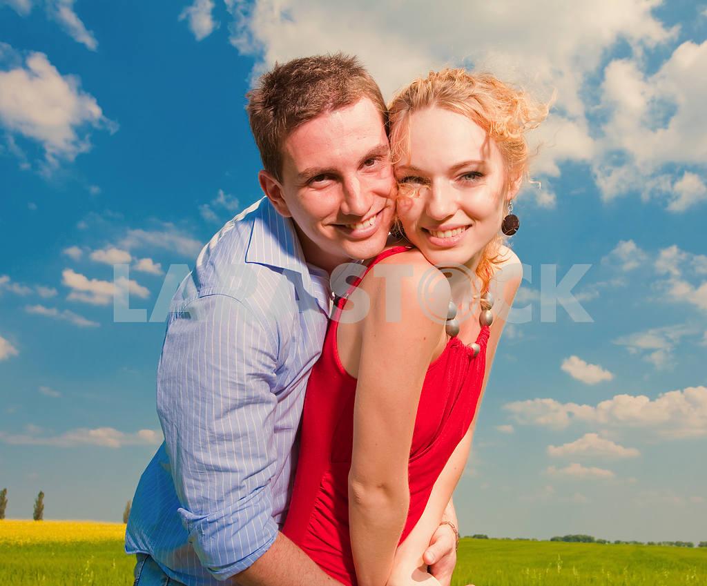 Молодые любви пара, улыбаясь в голубое небо — Изображение 8248