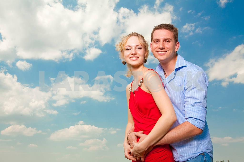 Молодые любви пара, улыбаясь в голубое небо — Изображение 8252