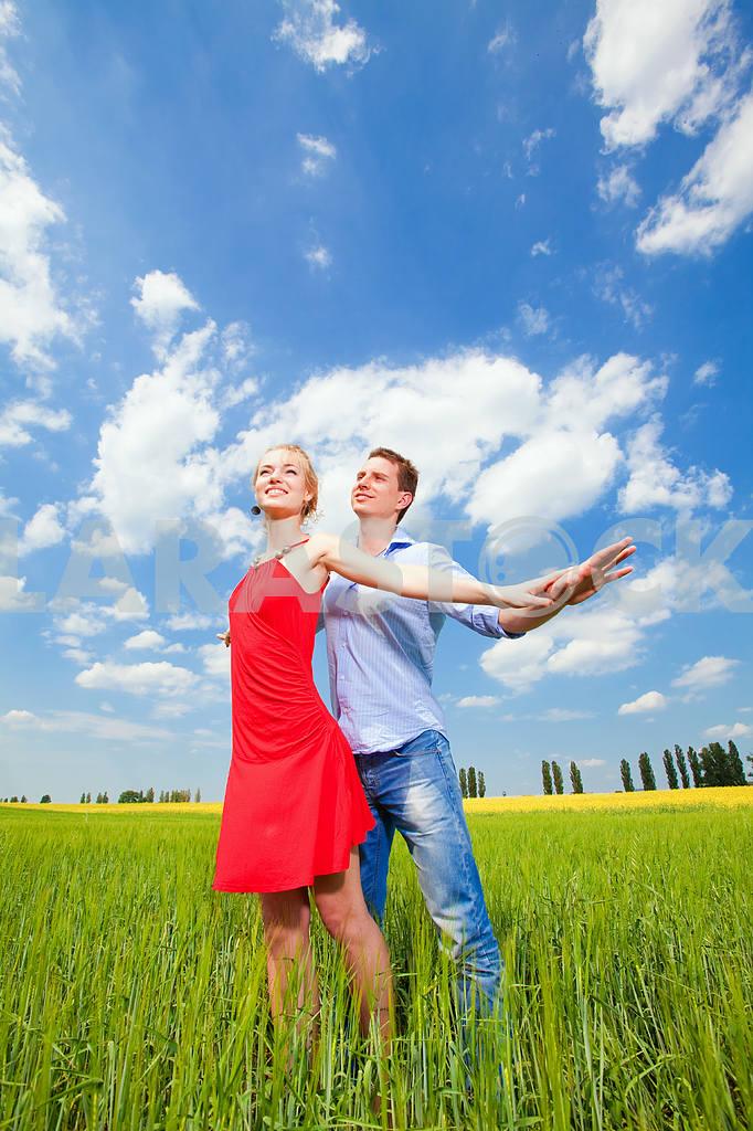 Молодые любви пара, улыбаясь в голубое небо — Изображение 8254